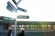 Deutschland, DEU, Berlin, 2002: Besucher unter einem Wegweiser im Innenhof des Tierheims. Im Hintergrund ein noch nicht fertig gestelltes Katzenhaus. Das Berliner Tierheim ist das groesste und modernste auf der Welt. | Germany, DEU, Berlin, 2002: Visitors under a signpost in the inner courtyard of the world's biggest and most modern animal shelter in Berlin, Germany. In the back a not yet finished cat house. |