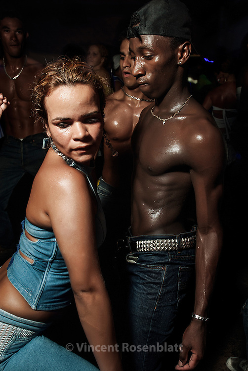Sidney, funkeiro,  never misses the Baile of club  Boqueirão do Passeio, with soundsystem Curtisomrio - where he can try his choreography and a seductive approach.