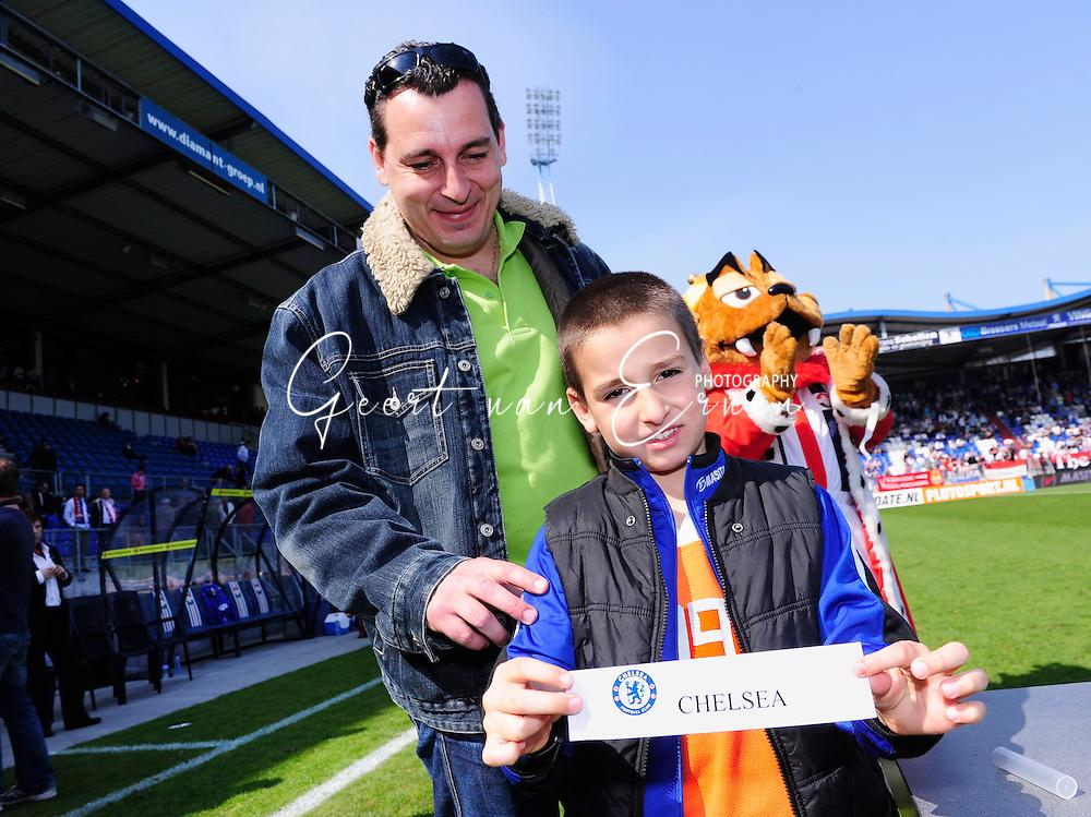 18-04-2010: Voetbal:Willem II:AZ:Tilburg <br /> Mariano Bombarda doet de loting van het Audax toernooi samen met zijn zoon<br /> Foto: Geert van Erven