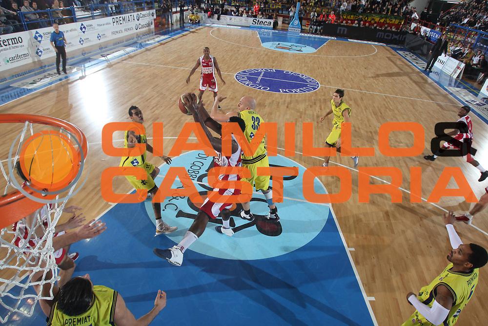 DESCRIZIONE : Porto San Giorgio Lega A 2009-10 Basket Sigma Coatings Montegranaro Scavolini Spar Pesaro<br /> GIOCATORE : Eric Williams Greg Brunner<br /> SQUADRA : Sigma Coatings Montegranaro Scavolini Spar Pesaro<br /> EVENTO : Campionato Lega A 2009-2010 <br /> GARA : Sigma Coatings Montegranaro Scavolini Spar Pesaro<br /> DATA : 22/11/2009<br /> CATEGORIA : rimbalzo<br /> SPORT : Pallacanestro <br /> AUTORE : Agenzia Ciamillo-Castoria/C.De Massis<br /> Galleria : Lega Basket A 2009-2010 <br /> Fotonotizia : Porto San Giorgio Lega A 2009-10 Basket Sigma Coatings Montegranaro Scavolini Spar Pesaro<br /> Predefinita :