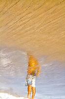 Reflexo de homem em pé na Praia dos Açores. Florianópolis, Santa Catarina, Brasil. / Reflex of a standing man at Acores Beach. Florianopolis, Santa Catarina, Brazil.