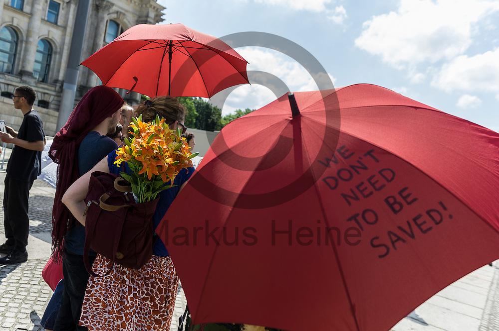 &quot;Wen den&acute;t need to be saved!&quot; steht w&auml;hrend des Protest von Sexworkern am 02.06.2016 vor dem Bundestag in Berlin, Deutschland auf dem Regenschirm einer Demonstrantin. Mitarbeiter/innen aus dem Sexgewerbe Demonstrierten und der Motto &quot;Mein K&ouml;rper - Mein Bettlaken - Mein Arbeitsplatz&quot; gegen das gegen das Prostituiertenschutzgesetz das heute im Bundestag verhandelt wird. Foto: Markus Heine / heineimaging<br /> <br /> ------------------------------<br /> <br /> Ver&ouml;ffentlichung nur mit Fotografennennung, sowie gegen Honorar und Belegexemplar.<br /> <br /> Bankverbindung:<br /> IBAN: DE65660908000004437497<br /> BIC CODE: GENODE61BBB<br /> Badische Beamten Bank Karlsruhe<br /> <br /> USt-IdNr: DE291853306<br /> <br /> Please note:<br /> All rights reserved! Don't publish without copyright!<br /> <br /> Stand: 06.2016<br /> <br /> ------------------------------w&auml;hrend des Protest von Sexworkern am 02.06.2016 vor dem Bundestag in Berlin, Deutschland. Mitarbeiter/innen aus dem Sexgewerbe Demonstrierten und der Motto &quot;Mein K&ouml;rper - Mein Bettlaken - Mein Arbeitsplatz&quot; gegen das gegen das Prostituiertenschutzgesetz das heute im Bundestag verhandelt wird. Foto: Markus Heine / heineimaging<br /> <br /> ------------------------------<br /> <br /> Ver&ouml;ffentlichung nur mit Fotografennennung, sowie gegen Honorar und Belegexemplar.<br /> <br /> Bankverbindung:<br /> IBAN: DE65660908000004437497<br /> BIC CODE: GENODE61BBB<br /> Badische Beamten Bank Karlsruhe<br /> <br /> USt-IdNr: DE291853306<br /> <br /> Please note:<br /> All rights reserved! Don't publish without copyright!<br /> <br /> Stand: 06.2016<br /> <br /> ------------------------------