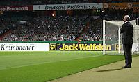 Fussball  UEFA Pokal  Halbfinale  Rueckspiel  Saison 2006/2007 Werder Bremen - Espanyol Barcelona              Trainer Thomas SCHAAF (Bremen) beobachtet die letzten Minuten der 1. Halbzeit von der Torauslinie das Spiel