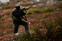 """23.10.2015, Ramallah, PSE, Gewalt zwischen Palästinensern und Israelis, im Bild Zusammenstösse zwischen Palästinensischen Demonstranten und Israelischen Sicherheitskräfte // An Israeli border police fires towards Palestinian protesters during clashes near the Jewish settlement of Beit El, near Ramallah on October 23, 2015. Palestinian factions called for mass rallies against Israel in the occupied West Bank and East Jerusalem in a """"day of rage"""" on Friday, as world and regional powers pressed on with talks to try to end more than three weeks of bloodshed, Palestine on 2015/10/23. EXPA Pictures © 2015, PhotoCredit: EXPA/ APAimages/ Shadi Hatem<br /> <br /> *****ATTENTION - for AUT, GER, SUI, ITA, POL, CRO, SRB only*****"""
