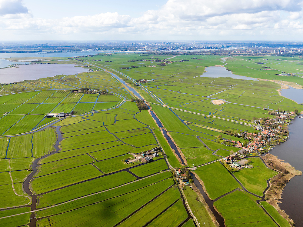 Nederland, Noord-Holland, Gemeente Amsterdam, 16-04-2012; Waterland. Holysloot (rechts) en  water van Holysloter DIe, links deel van de ronde Blijkmeerpolder en het Kinselmeer. Diagonaal het Goudriaankanaal naar Durgerdam. Aan de horizon Amsterdam met IJburg (links) en Amsterdam-Noord (rechts)..The village of Holysloot and the Blijkmeerpolder (polder, left) an ancient wheel. View on the skyline of Amsterdam . Rural area near Amsterdam. .luchtfoto (toeslag), aerial photo (additional fee required);.copyright foto/photo Siebe Swart