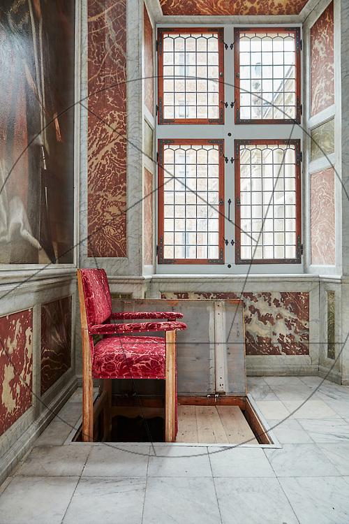 Frederiksborg Slot, audienssalen, kongelig elevatorstol