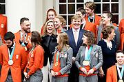 Een groepsfoto van de medaillewinnaars Winterspelen PyeongChang met  koning Willem-Alexander, koningin Máxima en prinses Margriet bij paleis Noordeinde <br /> <br /> A group photo of the medal winners Winter games PyeongChang with King Willem-Alexander, Queen Máxima and Princess Margriet at Noordeinde Palace