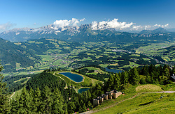 THEMENBILD - Der Startschuss des Hahnenkammrennens mit Blick zur Mausefalle mit dem Seidelalmsee und dem Wilden Kaiser als Bergpanorama, aufgenommen am 26. Juni 2017, Kitzbühel, Österreich // The starting shot of the Hahnenkammrennen with a view to the mousetrap with the Seidelalmsee and the Wilder Kaiser as a mountain panorama at the Streif, Kitzbühel, Austria on 2017/06/26. EXPA Pictures © 2017, PhotoCredit: EXPA/ Stefan Adelsberger