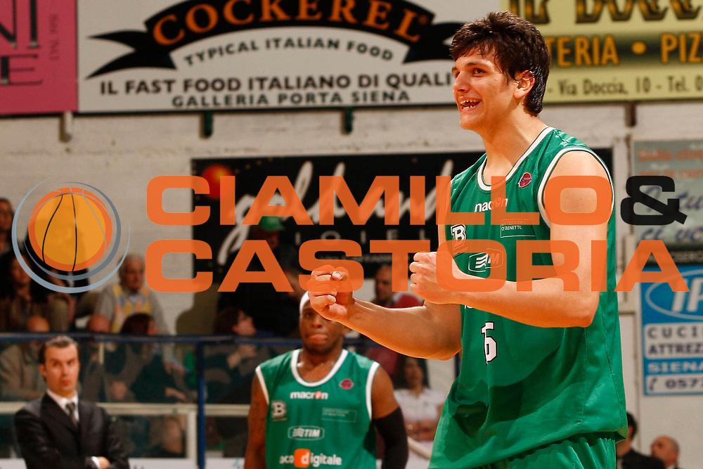 DESCRIZIONE : Siena Lega A 2009-10 Montepaschi Siena Benetton Treviso<br /> GIOCATORE : Alessandro Gentile<br /> SQUADRA : Benetton Treviso<br /> EVENTO : Campionato Lega A 2009-2010 <br /> GARA : Montepaschi Siena Benetton Treviso<br /> DATA : 25/04/2010<br /> CATEGORIA : esultanza<br /> SPORT : Pallacanestro <br /> AUTORE : Agenzia Ciamillo-Castoria/P.Lazzeroni<br /> Galleria : Lega Basket A 2009-2010 <br /> Fotonotizia : Siena Campionato Italiano Lega A 2009-2010 Montepaschi Siena Benetton Treviso<br /> Predefinita :