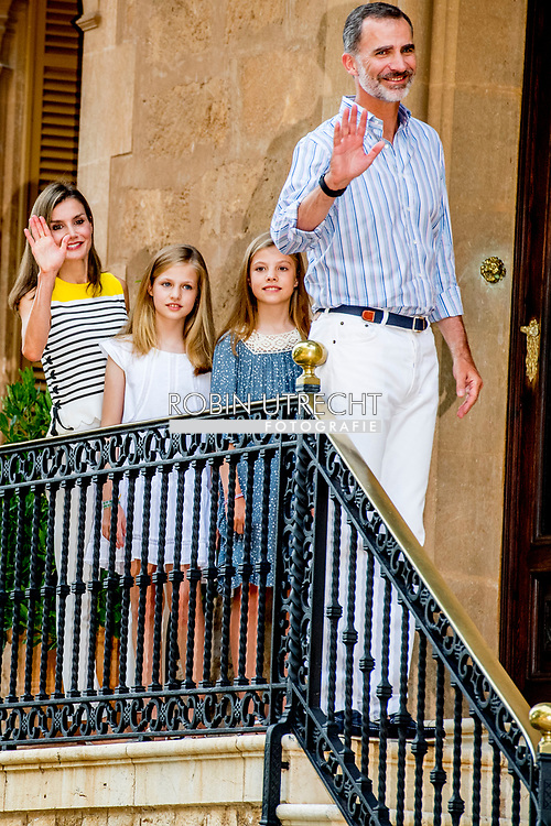 31-7-2017 PALMA DE MALLORCA - Koning Felipe, Koningin Letizia, Prinses Leonor, Prinses Sofia stellen tijdens de vakantie Photosession King Felipe, Queen Letizia, Prinses Leonor, Prinses Sofia vormen tijdens de fotosessie voor de media in het Marivent Palace tijdens de vakantie In Palma de Mallorca<br />   Palma de Mallorca, Mallorca eiland, Balearen, Spanje, 31 juli 2017 COPYRIGHT ROBIN UTRECHT 31-7-2017 PALMA DE MALLORCA - King Felipe, Queen Letizia, Princess Leonor, Princess Sofia pose during the holiday Photosession King Felipe, Queen Letizia, Princess Leonor, Princess Sofia pose during the Photosession for the media at the Marivent Palace during the holiday in Palma de Mallorca <br />  Palma de Mallorca, Mallorca island, Balearic Islands, Spain, 31 July 2017 COPYRIGHT ROBIN UTRECHT <br /> <br /> 31-7-2017 PALMA DE MALLORCA - King Felipe, Queen Letizia, Princess Leonor, Princess Sofia pose during the holiday Photosession King Felipe, Queen Letizia, Princess Leonor, Princess Sofia pose during the photo session for the media at the Marivent Palace during the holiday In Palma de Mallorca<br /> &nbsp; Palma de Mallorca, Mallorca island, Balearic Islands, Spain, 31 July 2017 COPYRIGHT ROBIN UTRECHT