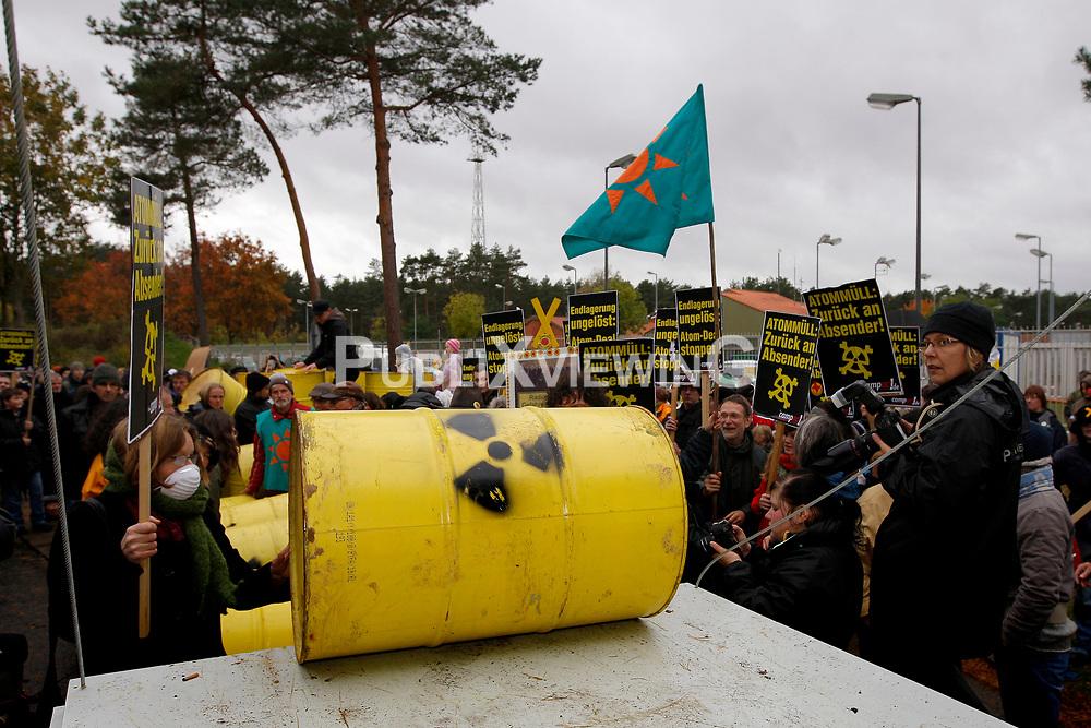Rund 250 Atomkraftgegner bef&uuml;llen zwei Wochen vor dem anstehehenden Castortransport ins Wendland die Attrappe eines Castorbeh&auml;lters mit &quot;Atomm&uuml;ll&quot;. Unter dem Motto &quot;Return to Sender&quot; soll ein LKW des Aktionsb&uuml;ndnisses Campact die Fracht von Gorleben zum Regierungssitz in Berlin liefern.  <br /> <br /> Ort: Gorleben<br /> Copyright: Andreas Conradt<br /> Quelle: PubliXviewinG