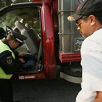 """Ocuilan, Mex.- Policias de la Agencia de Seguridad Estatal (ASE), elementos del Ejercito Mexicano y agentes ministeriales, dieron inicio esta madrugada a un operativo conjunto de """"sellamiento"""" de vias, para la deteccion de vehiculos que trasladan madera extraida de forma ilegal del bosque en la zona de las lagunas de Zempoala. Agencia MVT / Mario Vazquez de la Torre. (DIGITAL)<br /> <br /> <br /> <br /> <br /> <br /> <br /> <br /> NO ARCHIVAR - NO ARCHIVE"""