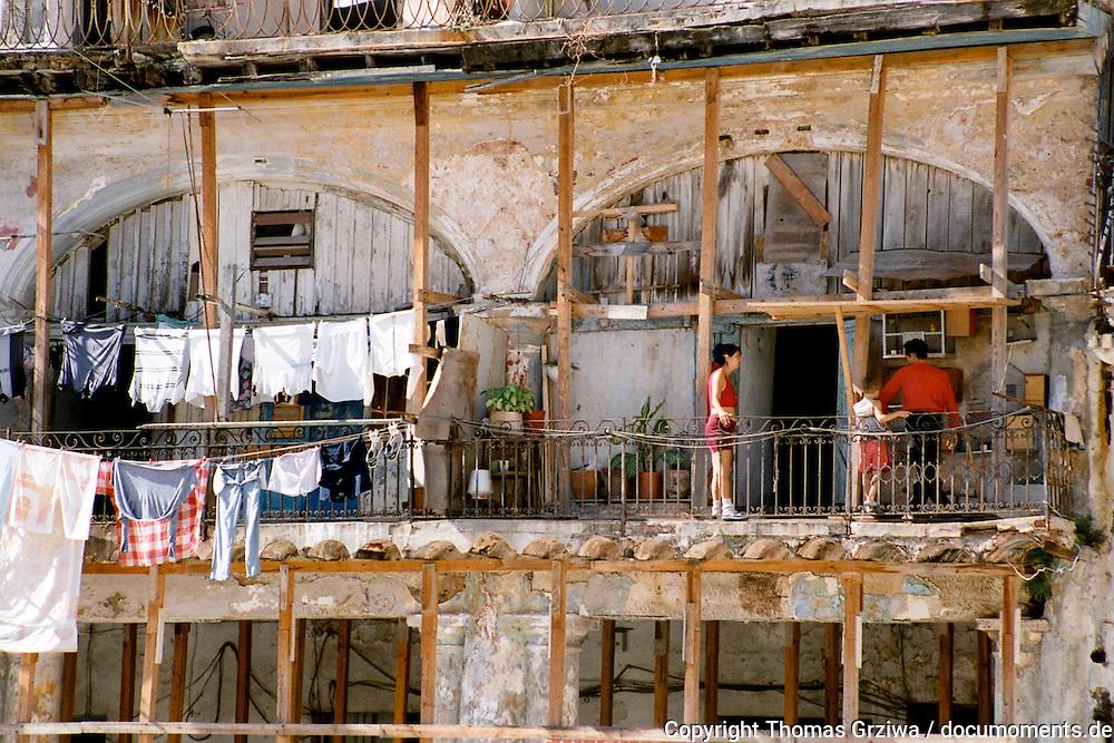 Bewohner auf dem Balkon eines Einsturz gefährdeten Wohnhauses in der Altstadt der kubanischen Metropole Havanna