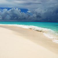 Cayo de Agua. Parque Nacional Archipielago Los Roques, es un hermoso archipiélago de pequeñas islas coralinas que se encuentra ubicado en el Mar Caribe y ocupa 221.120 hectáreas. Cayo de Agua.Parque Nacional Archipielago Los Roques, is a beautiful archipelago of small coral islands that is located in the Caribbean Sea and occupies 221,120 hectares.