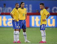 FUSSBALL   INTERNATIONAL   Testspiel  in  Doha  17.11.2010 Argentinien - Brasilien Brasilien Ratlos;  ROBINHO, RONADLINHO und NEYMAR (v.li.)