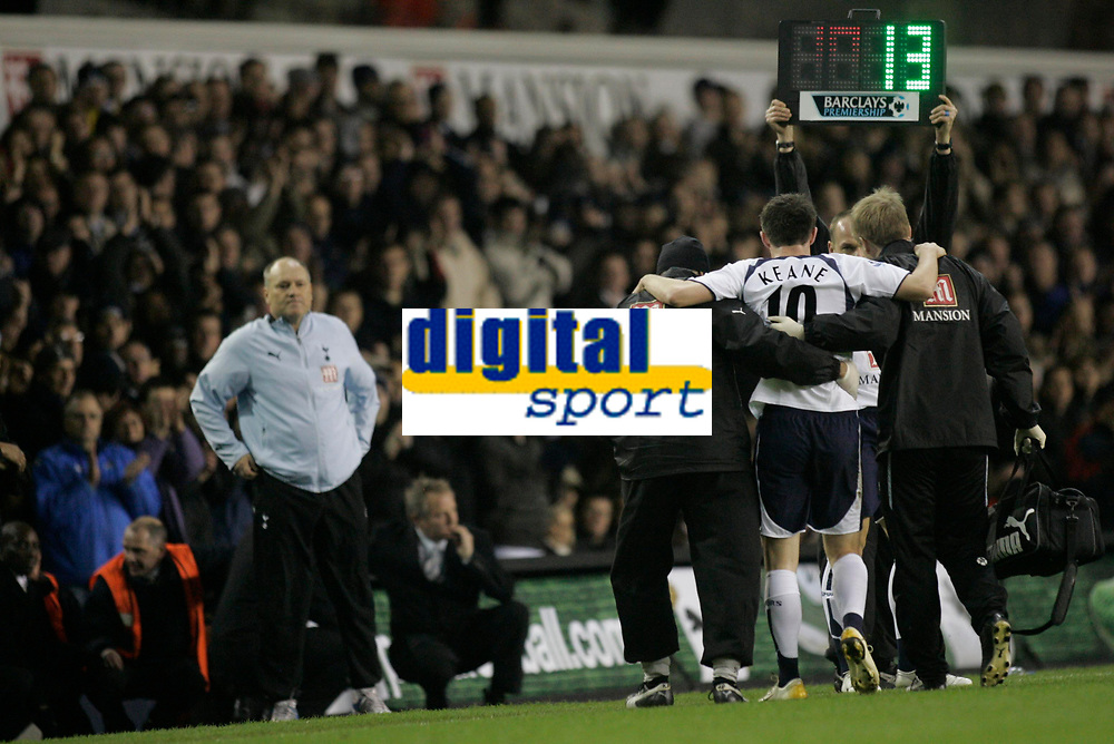 Photo: Marc Atkins.<br /> Tottenham Hotspur v Middlesbrough. The Barclays Premiership. 05/12/2006. Robbie Keane of Spurs limps off injured as Manager  Martin Jol looks on.