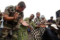 """26 SEP 2006, KINSHASA/CONGO:<br /> Ein Soldat der farzoesischen Armee tanzt mit kongolesischen Frauen, waehrend einer vom Bezirksbuergermeister organisierten Informationsveranstaltung, im Rahmen derer Soldaten des """"Tactical Psyops Team"""" oder auch """"Operative Information"""" der EUFOR RD CONGO die Bevoelkerung über die EUFOR RD CONGO Mission aufzuklaeren<br /> IMAGE: 20060926-01-105<br /> KEYWORDS: Bundeswehr, Soldat, Soldaten, Informationsfahrt, Gespräch, Gespraech, Bevölkerung, Kongo, Afrika, Africa"""