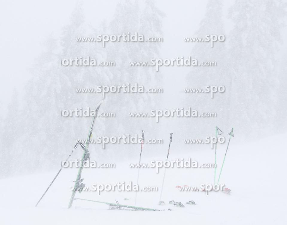 THEMENBILD - In der Steiermark sorgt heftiger Schneefall und Sturm für Behinderungen im öffentlichen Leben und im Straßenverkehr. Hier im Bild umgewehte Skier auf der Planai, aufgenommen am Samstag 5. Jänner 2019 auf der Planai in Schladming, Steiermark // In Styria heavy snowfall and storms create disabilities in public life and in traffic. Snow and storm on the Planai, pictured on Saturday 5. January 2019 in Schladming, Steiermark. EXPA Pictures © 2019, PhotoCredit: EXPA/ Martin Huber