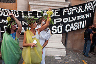 Roma, 27 Setettembre  2012.Manifestazione per il diritto all'abitare e contro la vendita del patrimonio comunale..Manifestanti sbeffeggiano le feste in costume organizzate da alcuni politici del PdL della regione Lazio.