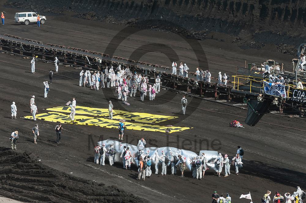 &quot;Keep ip in the ground&quot; steht am 13.05.2016 im Braunkohlentagebau Welzow-S&uuml;d bei Welzow, Deutschland auf einem gro&szlig;en Transparent das Aktivisten auf den Boden gelegt haben. Mehrere Tausend Aktivisten haben den  Braunkohlentagebau blockiert um gegen die Nutzung von fossilen Brennstoffen zu protestieren. Foto: Markus Heine / heineimaging<br /> <br /> <br /> ------------------------------<br /> <br /> Ver&ouml;ffentlichung nur mit Fotografennennung, sowie gegen Honorar und Belegexemplar.<br /> <br /> Bankverbindung:<br /> IBAN: DE65660908000004437497<br /> BIC CODE: GENODE61BBB<br /> Badische Beamten Bank Karlsruhe<br /> <br /> USt-IdNr: DE291853306<br /> <br /> Please note:<br /> All rights reserved! Don't publish without copyright!<br /> <br /> Stand: 05.2016<br /> <br /> ------------------------------<br /> <br /> ------------------------------<br /> <br /> Ver&ouml;ffentlichung nur mit Fotografennennung, sowie gegen Honorar und Belegexemplar.<br /> <br /> Bankverbindung:<br /> IBAN: DE65660908000004437497<br /> BIC CODE: GENODE61BBB<br /> Badische Beamten Bank Karlsruhe<br /> <br /> USt-IdNr: DE291853306<br /> <br /> Please note:<br /> All rights reserved! Don't publish without copyright!<br /> <br /> Stand: 05.2016<br /> <br /> ------------------------------