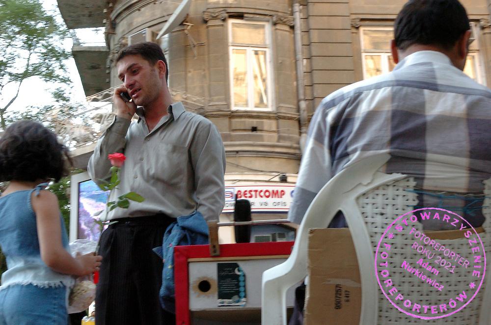 n/z.: Usluga polegajaca na wynajmowaniu telefonu komorkowego na pojedyncze impulsy w centrum miasta. Azerbejdzan , Baku , 08-06-2005 , fot.: Adam Nurkiewicz / mediasport..Rent a mobile in city centre in Baku. People can rent a mobile for one impulse. June 8, 2005 ; Azerbaijan , Baku ( Photo by Adam Nurkiewicz / mediasport )