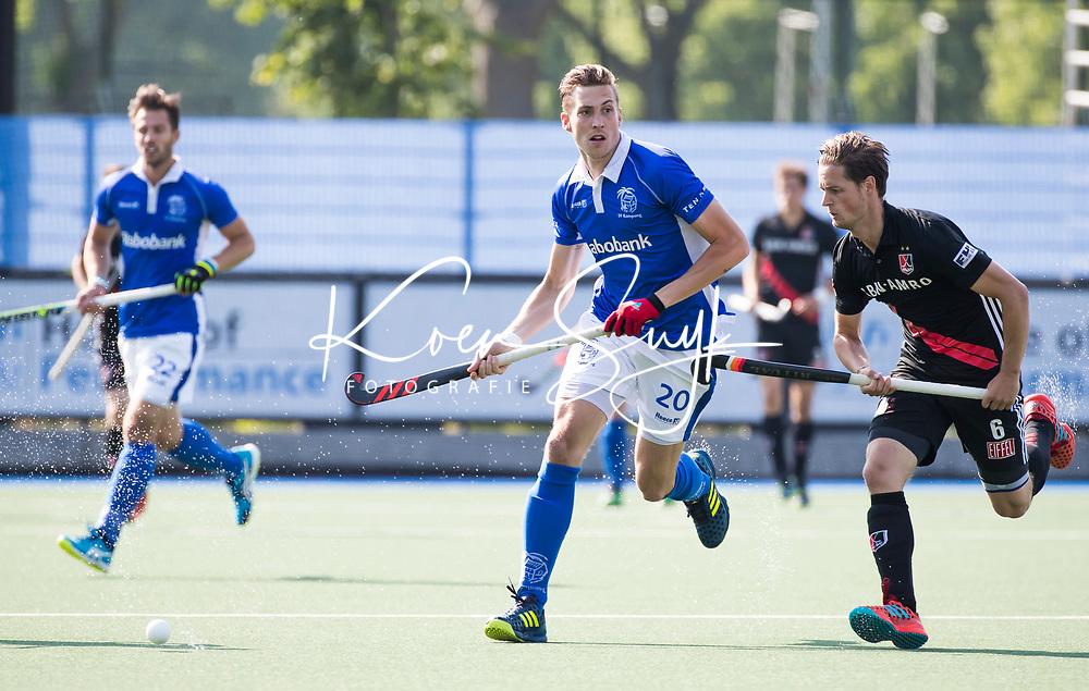 UTRECHT - Philip Meulenbroek (Kampong) met Caspar van Dijk (A'dam)      tijdens   de finale van de play-offs om de landtitel tussen de heren van Kampong en Amsterdam (3-1). Kampong kampioen van Nederland. COPYRIGHT  KOEN SUYK