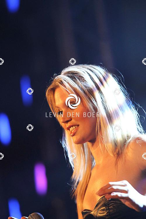 ALEM - Op alempop trad Dr Alban op met een zeer knappe blonde zangeres. FOTO LEVIN DEN BOER - PERSFOTO.NU