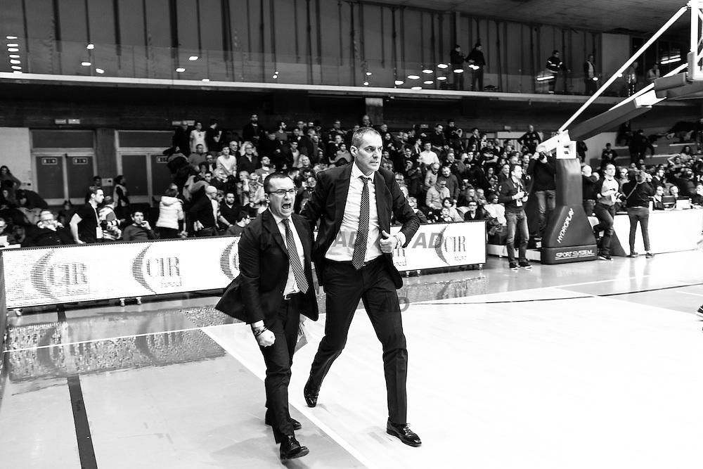 L'allenatore della Pasta Reggia Caserta, Sandro Dell'Agnello ed il suo assistente Daniele Michelutti scaricano la tensione allo scadere della partita vinta con Grissin Bon Reggio Emilia.<br /> Caserta &egrave; l&rsquo;unica citt&agrave; del sud a vantare un titolo nella pallacanestro agli inizi degli anni 90, al tempo Phonola Caserta, oggi Pasta Reggia Caserta. Dopo essere praticamente scomparsa alla fine degli anni 90 &egrave; ricomparsa nel 2003 iscrivendosi in serie B e nel 2008 &egrave; tornata in serie A.<br /> Dopo cinque sconfitte consecutive la Pasta Reggio di Caserta vince a Reggio Emilia un incontro intenso e vibrante al termine del tempo supplementare. A 30&rdquo; dalla fine era sotto di tre punti, Prima Putney fa un canestro da 3 punti e poi a 2&rdquo; il nuovo arrivato Diawara segna il punto della vittoria.