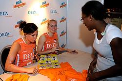 10-05-2008 VOLLEYBAL: DELA MEIDENDAG: APELDOORN<br /> Zo n 1500 meisjes woonden de teampresentatie van het Nederlands vrouwenvolleybalteam bij. De DELA meidendag werd weer een groot succes / Mirjam Orsel<br /> ©2008-WWW.FOTOHOOGENDOORN.NL