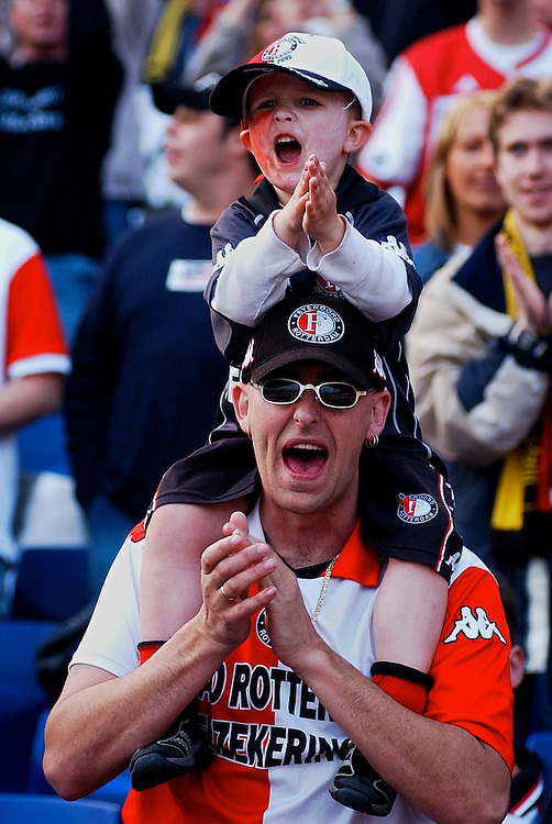 Photo: Gerrit de Heus. Rotterdam. UEFA Cup Final. Feyenoord-Borussia Dortmund. Feyenoordsupporters. Keywords: fans, kinderen