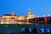 Beleuchtete Altstadt vom Neustadter Ufer bei Dämmerung, Dresden, Sachsen, Deutschland.|.Illuminated old town fron Neustadt bank at night, Dresden, Germany