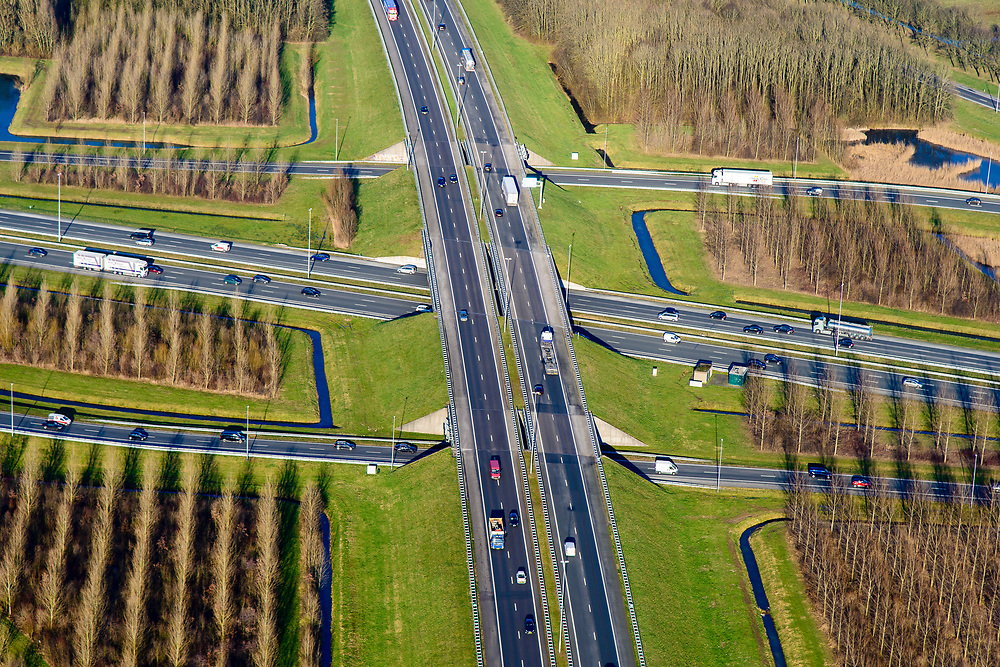Nederland, Utrecht, Nieuwegein, 07-02-2018; Hart van het Knooppunt Everdingen, aansluiting A2 (links naar rechts) en A27. Gedeeltelijk turbineknooppunt.<br /> Everdingen junction between motorway A2 en A27.<br /> <br /> luchtfoto (toeslag op standard tarieven);<br /> aerial photo (additional fee required);<br /> copyright foto/photo Siebe Swart