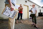 KRASJKURS: Kathryn Johnson instruerer Rick og Gail Nordheim, to frivillige valginnpiskere, i hvordan de skal oppfordre folk til å møte opp i stemmelokalene tirsdag. Wisconsin Governor Scott Walker (R) campaigns hard to stay in power as he faces a  recall election on June 4th 2012.