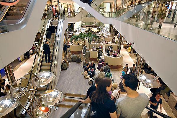 Duitsland, Dusseldorf, 2-6-2012Sevens is een winkelpassage aan de beroemde Konigsallee. Winkeloppervlakte van 14.000 vierkante meter. Elektronicagigant Saturn neemt meerdere verdiepingen in beslag. Ook Emporio Armani is er gevestigd.Foto: Flip Franssen/Hollandse Hoogte