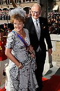 Aankomst koninklijke familie in de gouden koets bij de Ridderzaal op Prinsjesdag 2012. /// Arrival royal family in the golden coach at the Riddrerzaal on &quot;Prinsjesdag&quot;in The Hague<br /> <br /> Op de foto / On the photo: Margriet en Pieter van Vollenhoven komen aan bij de Ridderzaal