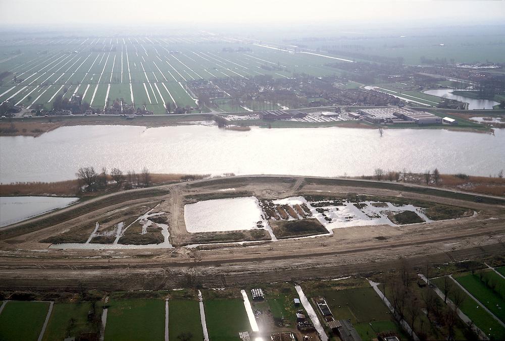 Nederland, Zuid-Holland, Willige Langerak, 08-03-2002; Lek ten Oosten van Schoonhoven; dijkverbetering: de oorspronkelijke dijk buigt naar de rivier, onder in beeld de bouw vd nieuwe dijk, als deze klaar is wordt de oude dijk verlaagd zodat de rivier meer de ruimte krijgt (en het tussen liggende gebied bij grote wateraanvoer kan overstromen); aan de Zuidzijde van de rivier (naar de horizon) de polders van de Alblasserwaard..dijkverzwaring rivier hoog water uiterwaard polder hoogheemraadschap.<br /> luchtfoto (toeslag), aerial photo (additional fee)<br /> foto /photo Siebe Swart