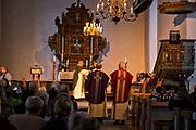 Festgudstjeneste med innvielse av nye kirketekstiler, Selbu kirke 16. desember 2018. Dvs. messehagler, stolaer mm. i liturgiske farger og med mønstre inspirert av den rike selbustrikkingen i selbuvott-bygda. Både biskop Herborg Finnset i Nidaros bispedømme, prost Jon Henrik Gulbrandsen, og prestene Dagfinn Slundgård og Per Kvalvaag deltok, og tok i bruk de nye kirketekstilene.