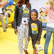 NLD/Amsterdam/20150628 - Premiere Minions, Jasmine Sendar en zoon Sol