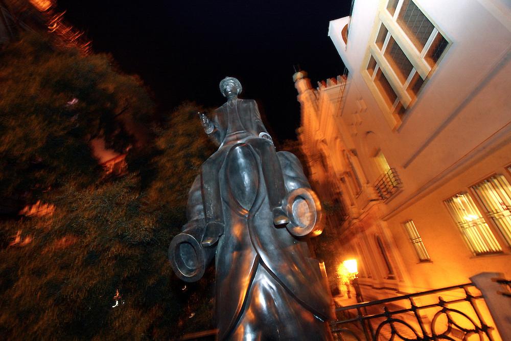 Kafka-Jubil&auml;um 2008 am 3. Juli 2008 j&auml;hrt sich sein Geburtstag zum 125. Mal. Die etwa drei Meter hohe Bronze-Statue von Bildhauer Jaroslav Rona zeigt einen k&ouml;rperlosen Mantel, auf dem eine kleine Figur reitet. Diese Szene schildert Kafka in seiner etwa 1903 entstandenen Novelle &quot;Beschreibung eines Kampfes&quot;.<br /> <br /> The Franz Kafka Monument was unveiled in Prague on December 4, 2003. Commemorating one of the world's greatest writers and the famous native of Prague, this bronze sculpture by Czech sculptor Jaroslav R&oacute;na stands between Prague's Church of the Holy Spirit and its Spanish Synagogue.