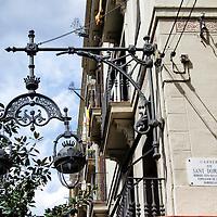 Faroles de la calle Santo Domingo (Sant Domènec) en Barcelona, España. Streetlights Santo Domingo street (Sant Domènech) in Barcelona, Spain.