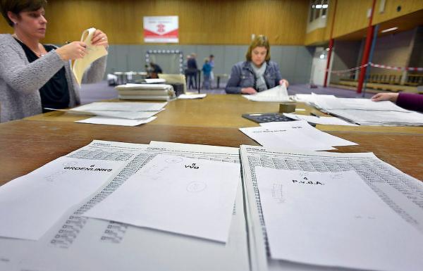 Nederland, Groesbeek, 25-11-2014 Stemmen tijdens de tussentijdse verkiezingen voor de gemeenteraad. Het centraal stembureau onder leiding van burgemeester Harry Keereweer besloot afgelopen vrijdag tot een hertelling, omdat er bij de zetelverdeling een verschil van slechts 1 stem was tussen de Groesbeekse Volkspartij (GVP) en Sociaal Groesbeek over de laatste restzetel. Het hertellen van de stemmen voor de gemeenteraadsverkiezingen in fusiegemeente Groesbeek, Ubbergen en Millingen leverde dinsdag al na een kwartier een andere uitslag op. 2 eerder ongeldig verklaarde stemmen werden alsnog geldig verklaard.In deze tussentijdse verkiezingen vanwege gemeentelijke herindeling en fusies kan in Beek Ubbergen, Millingen aan de Rijn en Groesbeek ook gestemd worden middels een referendum over de nieuwe naam van de gemeente. Stembureau, stemburo in een buurthuis. Netherlands, elections voting . Foto: Flip Franssen/Hollandse
