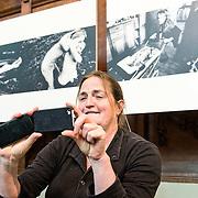 De Nieuwe Kerk Amsterdam opent op vrijdag 18 april World Press Photo 14, als startlocatie van de lange wereldtour van de internationale persfotowedstrijd. De tentoonstelling bevat ruim 150 indrukwekkende persfoto's van 53 prijswinnaars, in negen categorieën. De bezoeker maakt in de kerk een fotografische wereldreis door alle continenten en langs de meest uiteenlopende thema's en historische gebeurtenissen uit 2013. De jaarwinnaar is John Stanmeyer, USA, met zijn foto Signal, gemaakt voor National Geographic. Dit mystieke beeld toont hoe Afrikaanse migranten op een strand bij de stad Djibouti met hun telefoons trachten signaal op te vangen uit buurland Somalië. De wedstrijd heeft ook een Nederlands succes opgeleverd: in de categorie Geobserveerde portretten won Carla Kogelman met haar serie Ich bin Waldviertel de eerste prijs. Kogelman portretteert hierin Hannah en Alena, twee zusjes in het Oostenrijkse dorp Merkenbrechts. Behalve de winnende foto's, zes per categorie, zijn ook de winnaars van de multimedia-wedstrijd te zien. World Press Photo 14 is van vrijdag 18 april tot en met zondag 22 juni 2014 te zien in De Nieuwe Kerk. Op de foto winnares Carla Kogelman voor haar winnende serie.