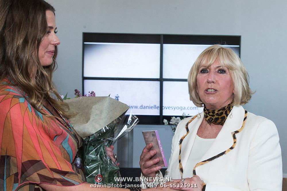NLD/Amsterdam/20140416 - CD presentatie Heart Flow van Danielle van 't Schip - Oonk, Willeke overhandigd haar cd aan haar moeder
