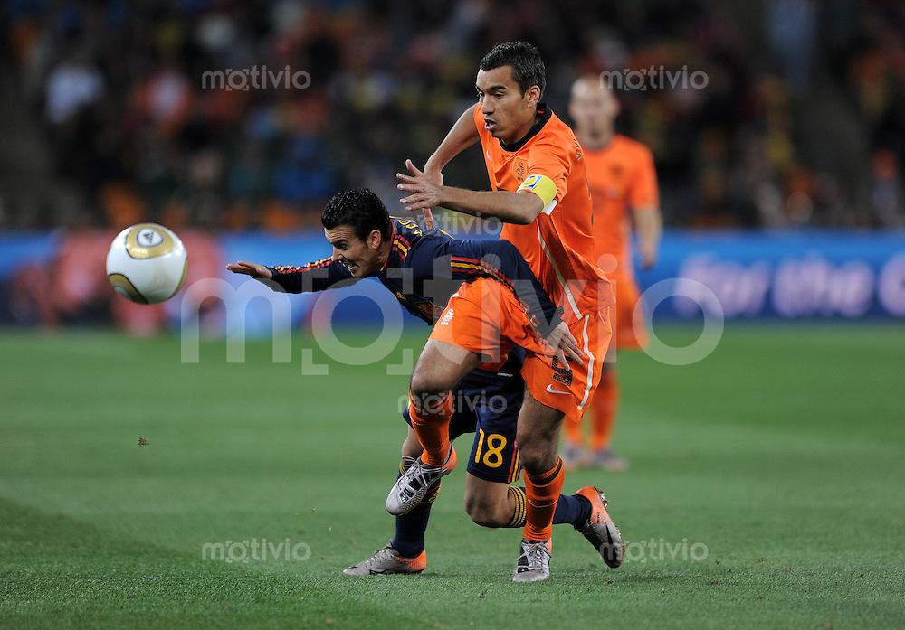 FUSSBALL WM 2010  FINALE   11.07.2010 Holland - Spanien PEDRO (li, Spanien) gegen Giovanni VAN BRONCKHORST (re, Holland)