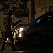 Un milicien de la 'Security Belt' contrôle les voitures circulant entre Cratère (Shira), et Ma'ala, deux quartiers d'Aden, le 13 juin 2017. La sécurité est la première priorité des autorités d'Aden, en proie à la montée de groupes radicaux comme Al Qaida.