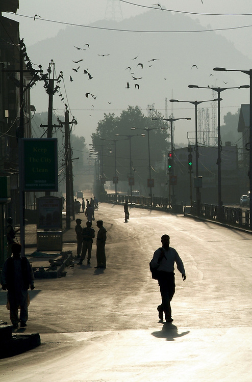 Morning light reflects on a street in Srinagar, Kachemir. Photo by Lorenz Berna