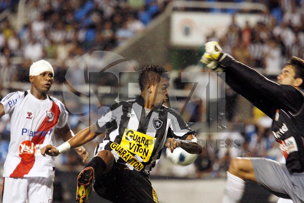 Rio de Janeiro - RJ - 01/03/2011 - Copa do Brasil 2011 - Jogo entre os times do Botafogo-RJ e River Plate - SE, realizado esta noite no est&aacute;dio do Engenh&atilde;o.<br /> Na foto: Confus&atilde;o no lance do gol do Botafogo na partida.<br /> Fot&oacute;grafo:  FOTO: RUDY TRINDADE / NEWS FREE