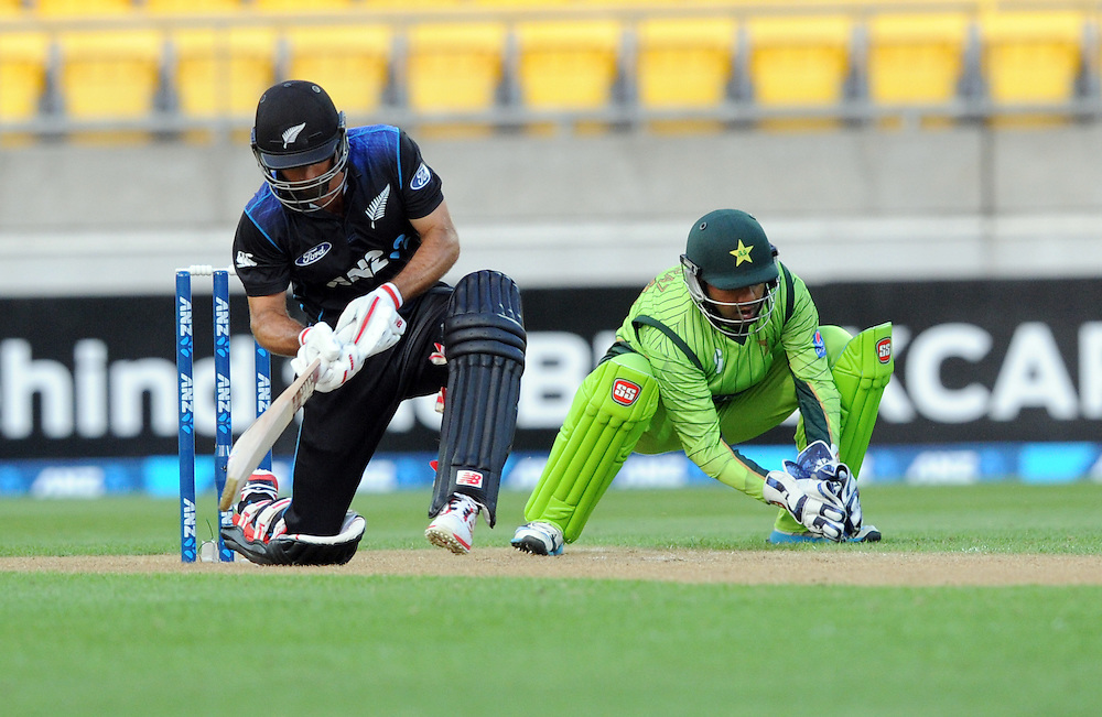 New Zealand's Grant Elliott plays in front of Pakistan's Sarfraz Ahmed in the 1st One Day International cricket match at Westpac Stadium, New Zealand, Saturday, January 31, 2015. Credit:SNPA / Ross Setford