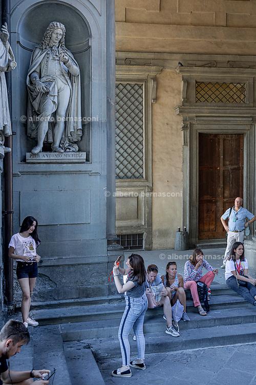 FLORENCE: outside Galleria degli Uffizi