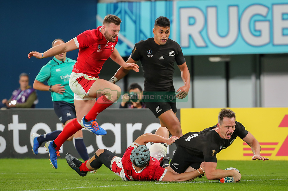 """November 1, 2019, TóQuio, Japão: TÃ""""QUIO, TO - 01.11.2019: RUGBY WORLD CUP 2019 ALL BLACKS X WALES - Ben Smith scoring his try on his farewell to the All Blacks. Match valid for the Rugby World Cup 2019 bronze medal match between All Blacks (New Zealand) and Wales (Wales) held at TOKYO STADIUM in Tokyo, JPN  (Credit Image: © Bruno Ruas/Fotoarena via ZUMA Press)"""